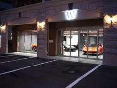 ようこそ W OSAKAへ!人生を変える輸入車をメインに、夢のあるショールームとなっております。