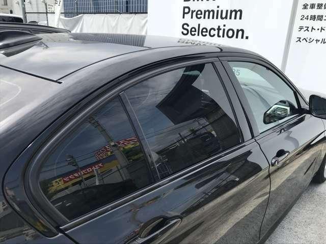 リアガラス3面にはスモークフィルム施工済み! これからのシーズンに備え、車内温度を抑えプライバシーを守ります!!