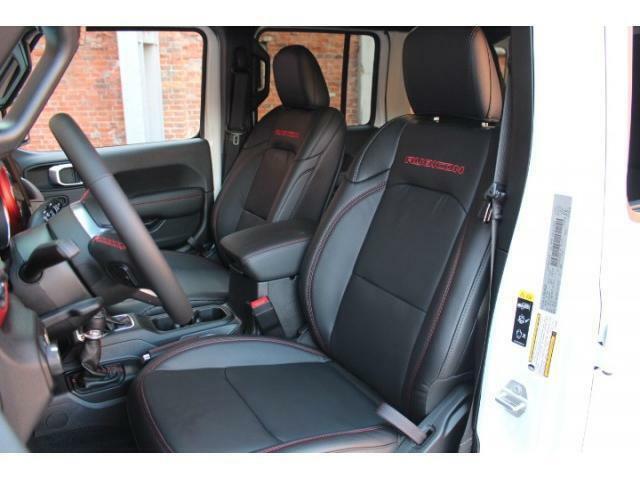 オプションのコールドウェザーグループが装備されておりますのでシートヒーター、ステアリングヒーター付きになります。