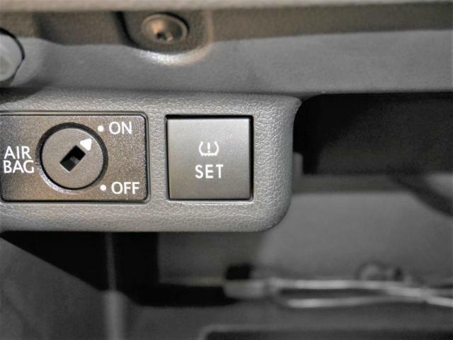 タイヤ空気圧警告灯 リセットスイッチ。タイヤ空気圧が規定値以下になったとき、メーター内のタイヤ空気圧警告灯を点灯させます。その後、警告灯をこのスイッチでリセットします。