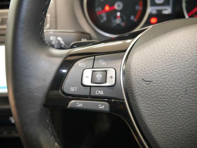 アダプティブクルーズコントロールは、レーダーセンサーを組み合わせたシステムです。高度なレーダースキャンにより先行車を測定。設定されたスピードを上限に自動で一定の車間距離を維持します。