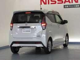 こちらの車両は新車保証を名義継承をさせて頂きます。初年度登録より3年間、エアコン、ナビゲーションなどの電装関係の部品(純正に限ります)、5年間の走る曲がる止まるに関する部品の保証がついています。