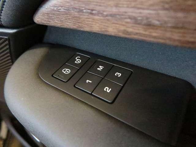 運転席にはシートメモリー機能も装備しておりますので自分のポジションを記憶させワンタッチで呼び起こせます。3パターン記憶できますので、ご家族で運転される方それぞれの位置を記憶できます。