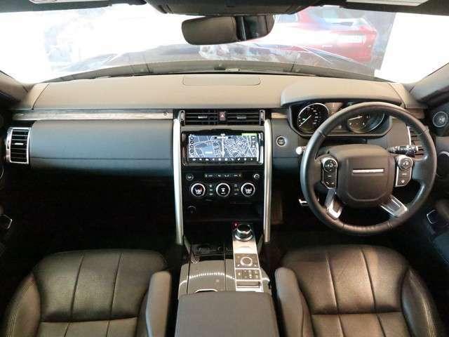 スッキリとしたコックピット。ドライバーが使いやすい配置になっております。また電子制御エアサスを装備しておりますので、乗り心地もよくなっております。