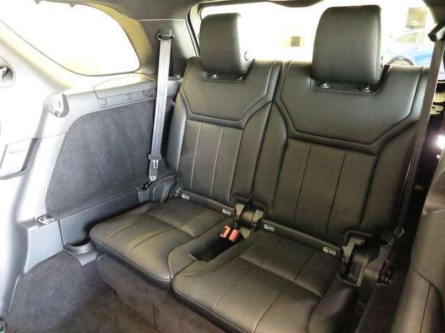 3列目シートをオプション装備。シートヒーターも3列目シートにも付いております。また電動ですので後部座席やラゲッジルームからでも1タッチ操作で折り畳みが可能です。