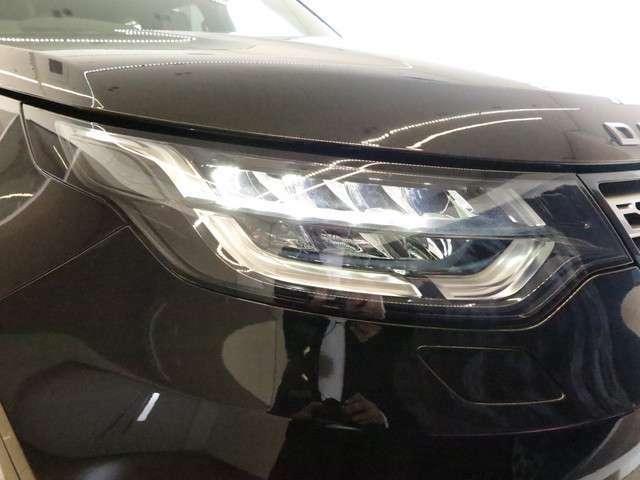 フロントフェイスを際立たせるLEDヘッドライト。明るく照らすのはもちろん耐久性もよく、ディスカバリーに装備済みです。