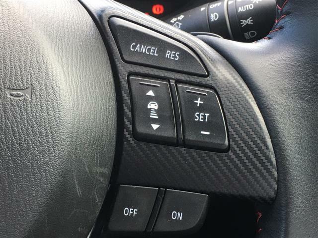 【レーダークルーズコントロール(セーフティクルーズパッケージ専用装備)】高速道路で便利な自動で速度を保つクルーズコントロールが、衝突軽減システムと連携し、前方の車両を感知して車間を保ち続けます