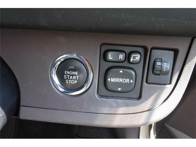 エンジンスタートボタン横に電動ドアミラースイッチです。