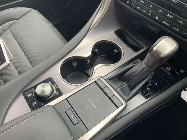 F SPORT専用ディンプル本革シフトノブ!ドライブモードセレクトスイッチでスポーツからエコまでお好みのドライブモードをお選びいただけます!