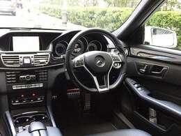 ラグジュアリーさを味わえる運転席!肌触りのよい本革仕様のステアリングです!