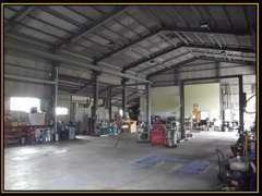 大きな整備工場が併設されています。大きなお車でも安心してお越しください。