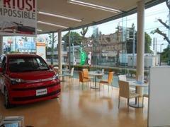 広々とした商談コーナーは今、話題の新型車をはじめ人気のミニバンなど新車を展示しております。