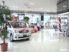 新車店舗・神奈川店との合同店舗です。広々としたショールームで新車の展示車・現行車カタログはもちろん、様々な情報が充実!
