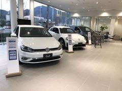 白で統一された洗練されたショールームには、5台のフォルクスワーゲン車が展示可能です。