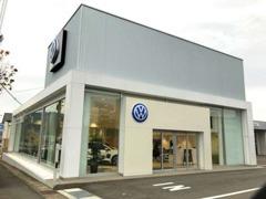 ショールームは、VWが全世界で展開しているコーポレートデザイン「モジュラーコンセプト」に基づき設計されています。