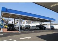 出入口及びお客様駐車場も広々!さらに雨天時でも安心の、お客様駐車場は屋根付きです♪