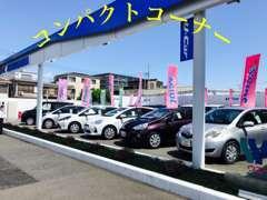 屋外には数多くの展示車をご用意しております。お客様のご希望に合ったお車を一緒にお探しいたします!