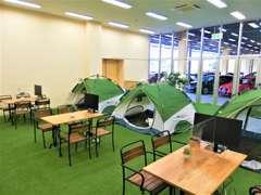 店内商談スペースはアウトドアをイメージしたインテリア。テント内はキッズスペースになっており、お子様も大喜びです★