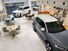 ショールームには常時4台の新型車を展示中。試乗車も豊富にご用意しております。3階セレクト屋内展示場も完備。