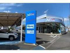 新車・U-Carどちらもご検討いただけるお店です。入口はこの写真の正面入り口と、その先にも入口がございます。