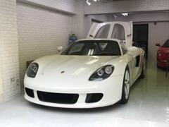 白を基調とした店内には世界を魅了する輸入スポーツカーなどが悠然と並んでおります★