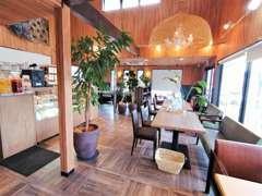 カフェハイブリットではオシャレなお車を見ながらカフェやランチを楽しめます。パイやキッシュのお持ち帰りもできます。