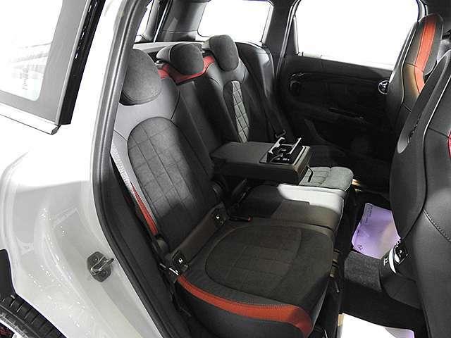 リアシートもダイナミカ・レザー・コンビネーション・カーボン・ブラックです。リアシートもきれいな状態です。リアシートにはISO-FIX標準装備。ベビーシートやチャイルドシートをしっかり固定できます。