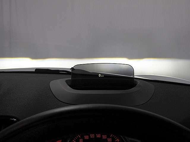 ヘッドアップディスプレイ。デジタルスピードメーターが表示されます。ルート案内時は曲がる交差点名、曲がる方向や交差点までの距離、通行区分帯が表示されます。