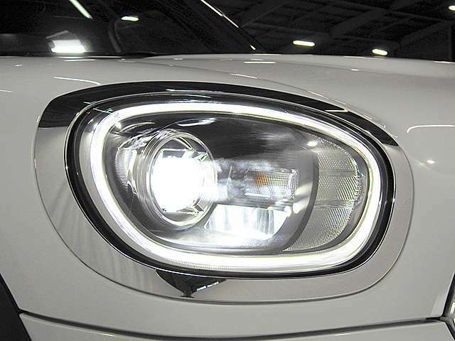 アダプティブLEDヘッドライト。曲がる方向を照射します。リング部分はデイライトとしてヘッドライトOFF時も点灯します。