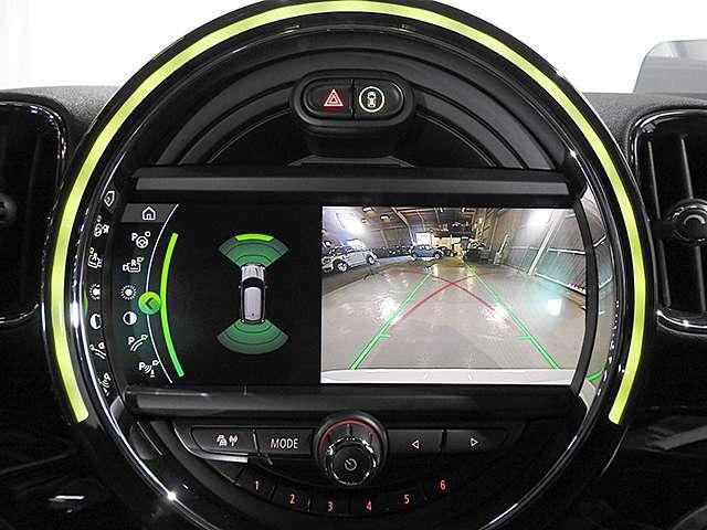8.8インチ純正タッチパネルHDDナビ。バックカメラの映像は鮮明です。前後の障害物センサーは音と画面上のグラフィックで確認できます。縦列駐車のサポート機能付き