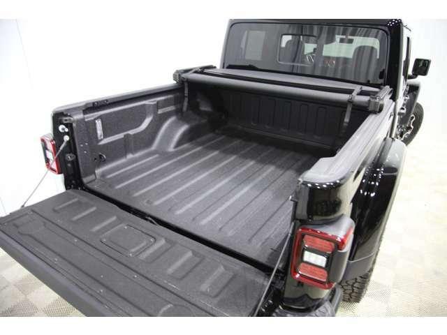 オプションのスプレーインベッドライナー。荷物が滑りにくくなるのとキズが付きづらくなる必須オプションです。