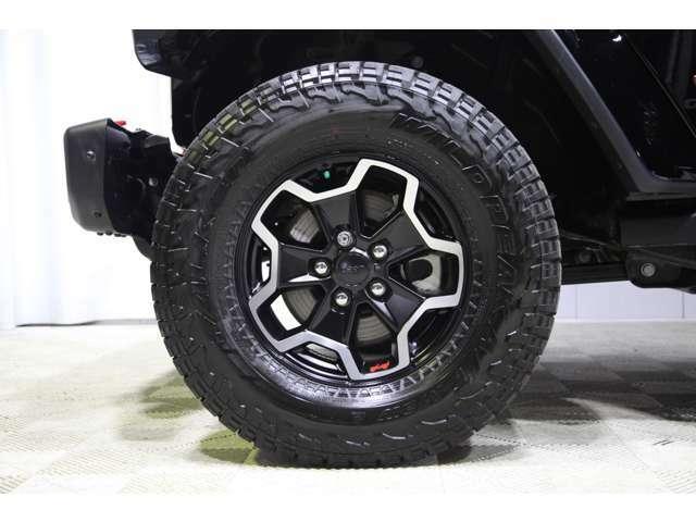 ローグロスブラック17インチ。アルミホイールに33インチオールテレーンタイヤの組み合わせです。