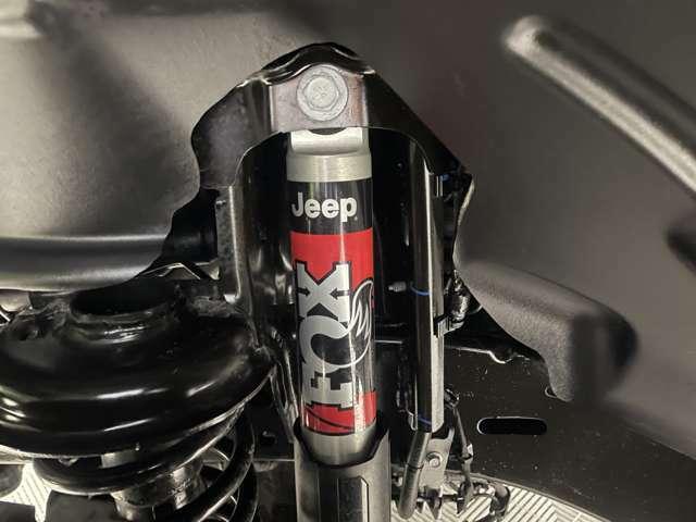 オフロード走行に特化したルビコンだけに与えられた装備がFOX RACING製ショックアブソーバー。