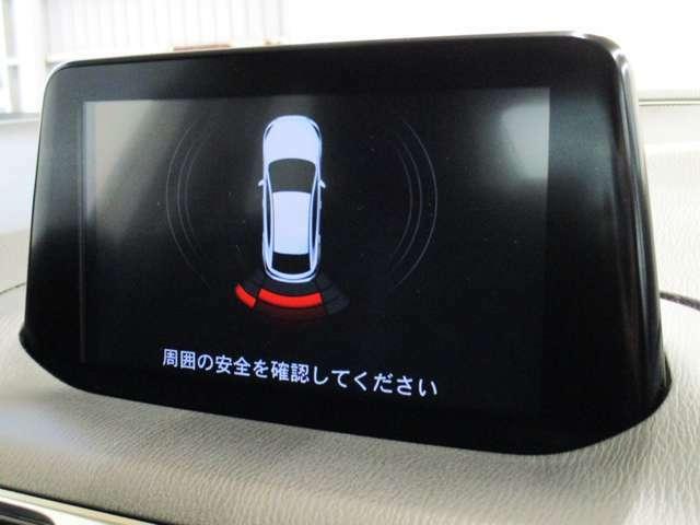 【パーキングセンサー】車庫入れや縦列駐車などの低速走行時に、車両周辺の障害物をセンサーで検出し、ブザーおよび検知表示により運転者に知らせてくれます。
