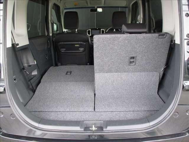 分割でシートが倒せますので、3人乗車状態で長尺物などを積み込む事が可能です。多彩なシートアレンジと使い勝手の良さがD:2の魅力です!