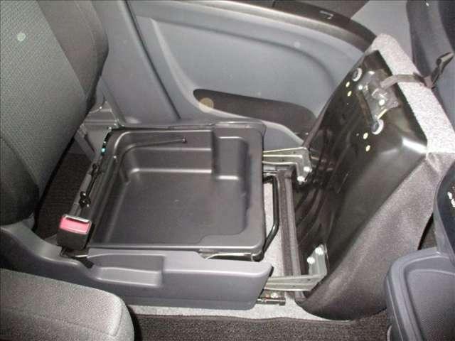 助手席シート下にシートアンダーボックス付きです。結構、大きな品物も収納可能です。車検証入れなども収納出来ます★☆★☆★