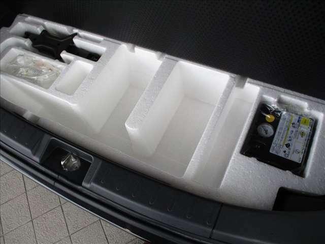 荷室の床下にはパンク修理キットにジャッキ等が収まっています。最近の車は、スペアタイヤを装着していませんので、ご注意ください★☆★☆