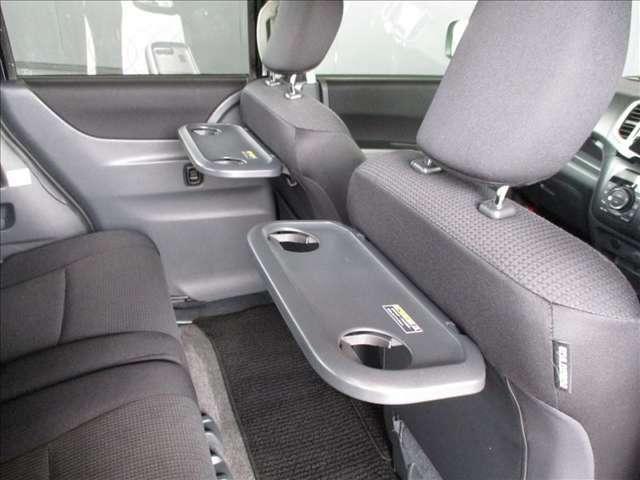 フロントシートの背中側には、折り畳み式の簡易トレイが設置されています。ドライブ中に、お子様などが飲食をする際に役立ちます★☆★☆★