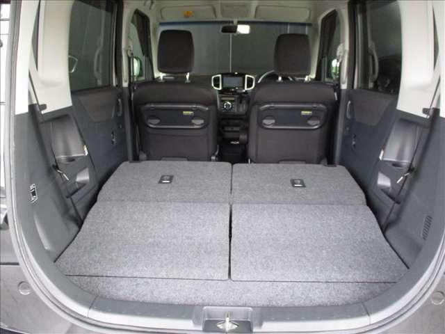 リヤシートの背もたれを両方共に倒せば、画像のように広々とした荷物スペースが確保出来ます。普通の乗用車では乗せられないほどの大きさの荷物も積み込み可能です★☆★☆