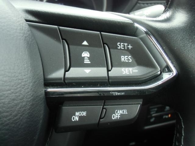 マツダレーダークルーズコントロールが付いているので、先行車との速度差や車間距離を計測してエンジンとブレーキをコントロールし、設定した車間距離を保ちます。