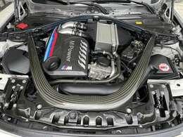 3リッター直6ツインターボ、カタログ値で431馬力のエンジンです。Mパフォーマンス製カーボンヘッドカバー、インタークーラーチャージパイプをアルミに変換、K&Nエアフィルターに交換。追加装備価格18万円