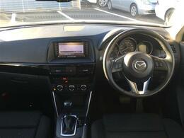 【運転席/助手席】黒色シートで内外装のデザインがとてもかっこいいです!
