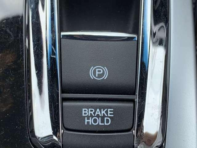 電子パーキングブレーキとブレーキホールド機能が標準装備です。ホンダの技術を惜しみなく標準装備としおり、便利で先進的な車です。