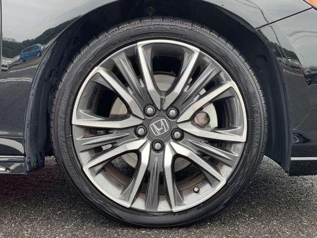 アルミホイール装着車です。見た目だけでなく、鉄ホイールより軽く、燃費にも良い影響を与えてくれます。