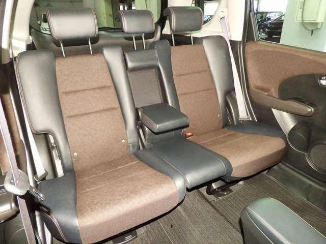 【後席】後席シートももちろん足下広々で快適♪収納式のアームレストも装備しており、後席の方もユッタリおくつろぎいただけます♪是非一度実際にご覧になってください!