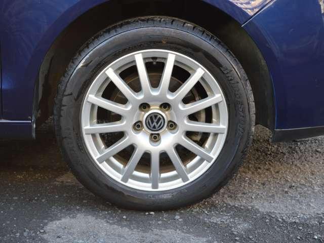 純正15インチアルミに185/55R15タイヤ
