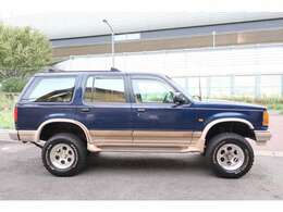 ブロンコIIの後継車として誕生して以来、SUVのベストセラーとして地位を築いた初代エクスプローラーが入庫いたしました。