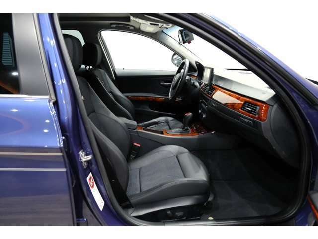 内装のシートやルーフ、フロアやパネル類も目立つキズや汚れはなくキレイな状態でタバコ臭もしません。