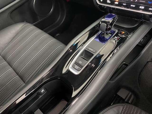 センターコンソールは上質感にあふれ、乗車していただいた方々に特別な「空間」を提供してくれます。