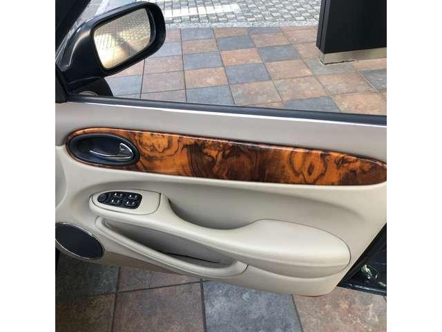 運転席ドアのウッドはひび割れ御座います。